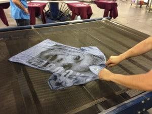 En toda impresión de gran tamaño o que desborda la camiseta se requiere alisar la prenda en el cinturón de la secadora.