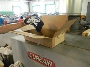 Una caja de cartón, en este caso se usó como instrumento para comprobar la migración dejándola sobre la secadora.