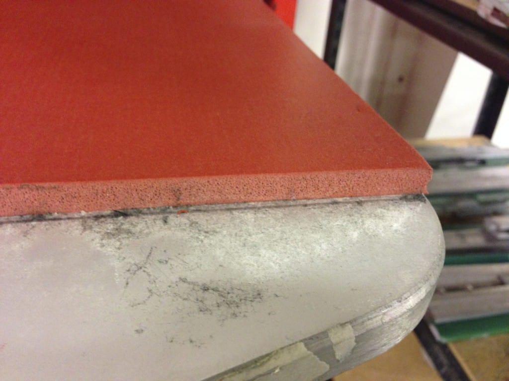 El acabado de espuma de silicona tiene un espesor de 3/8 pulgadas (1 cm).