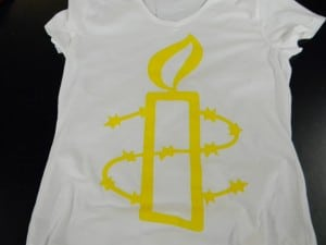 La tinta utilizada en la camiseta negra había perdido su habilidad de descarga, pero imprime perfectamente bien en una camiseta blanca.
